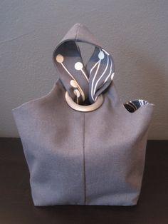Kleine reversible Canvas Tote Tasche, eine Variation einer japanischen Knoten Stil Tasche.  Diese Tasche ist die perfekte Lunch-Bag und passt am meisten Kunststoffbehälter Mittagessen mit Raum zu ersparen!  Diese Tote auch Works sowie eine Stricken Tasche, Make-up oder Kulturbeutel Tasche-Projekt, oder für andere kleine bis mittlere Größe Elemente.  Tasche misst 5 x 5,5 auf der Unterseite, 5,5 hoch auf den Seiten der Tasche, Gurt ist 16 Runde.  Tasche wird mit Containern Größe zu…
