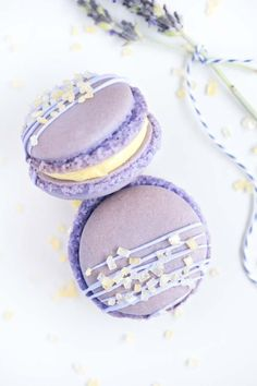 Lavender macarons are the perfect French combination of delicate confectionery and an iconic scent and flavour. Here are our favourite Lavender Macaron recipes. Macaron Pistache, Lavender Macarons, Lemon Macarons, Lavender Cake, Macarons Chocolate, Lavender Fields, Melt Chocolate In Microwave, French Pastries, Fancy Desserts
