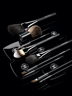 Shop makeup and cosmetics by CHANEL, and explore the full range of CHANEL makeup for face, eyes, lips, and the perfect nail for a radiant look. Luxurious makeup essentials by CHANEL. Chanel Make-up, Chanel Beauty, Chanel Fashion, Fashion Brand, All Things Beauty, Beauty Make Up, Chanel Brushes, Make Up Brush, Brush Set