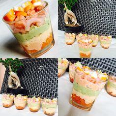 Verrines avocats, rillette de saumon, crevettes, tomates, surimi sauce cocktail