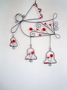 Anděl se zvonečky Drátovaná dekorace z černého vázacího drátu složená z anděla a 3 zvonečků. Dozdobené skleněnými červenými korálky a lístky. Vhodný k zavěšení na zeď, dveře, skříň jako celek...nebo můžete zavěsit jednotlivě- andílka s nejmenším zvonkem na zeď a 2 větší zvonky, které jsou zavěšeni volně háčky, třeba na vlasec do okna, záclonu... ...