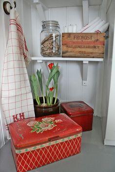 Nesten alle gamle bokser jeg har fått tak i den siste tiden bærer fargen rød. Kan jo ikke bare ha rød til jul har jeg tenkt og bruker ...