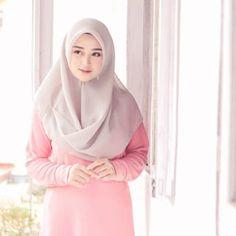 Image may contain: one or more people and closeup Hijab Prom Dress, Muslim Dress, Beautiful Hijab Girl, Beautiful Muslim Women, Casual Hijab Outfit, Hijab Chic, Hijabi Girl, Girl Hijab, Video Hijab