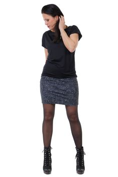Minikleid mit Bleistiftrock und Fledermausoberteil  Für dich gezaubert in Berlin!  Das kurzärmlige Fledermausoberteil ist dagegen locker geschnitten und wirkt besonders am Bauch figurumspielend Pixie, Berlin, Sequin Skirt, Sequins, Skirts, Fashion, Kid Sister, Figurine, Black