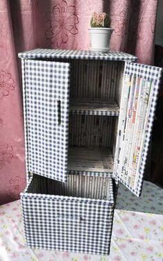 Armario con tubos de periódicos