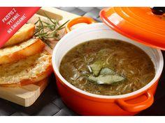 Pokrój cebulę w plastry, podsmaż, oprósz mąką i zrumień na rozgrzanym oleju.  Całość zalej białym...