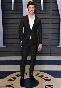 From velvet jackets to big black boots, the most stylish men at the 2018 Vanity Fair Oscars party gave traditional black tie tailoring a very 2018 spin. Shawn Mendes Memes, Shawn Mendes Lindo, Shawn Mendes Tattoos, Hailey Baldwin, Shawn Mendes Concerto, Big Black Boots, Black Tie, Fanfiction, Fangirl