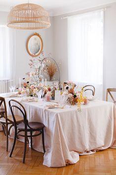 Shooting d'inspiration : Evasion automnale en rose poudré - Fleuriste spécialisée en mariages et wedding design en Alsace Blush, Autumn, Alsace, Table Decorations, Wedding, Magazine, Furniture, Home Decor, Design