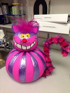 Cheshire Cat pumpkin and like OMG! get some yourself some pawtastic adorable cat shirts, cat socks, and other cat apparel by tapping the pin! Disney Halloween, Theme Halloween, Fall Halloween, Halloween Crafts, Halloween Decorations, Halloween 2020, Scary Halloween, Halloween Templates, Halloween Porch