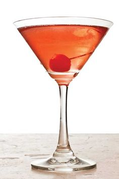 Woodford Manhattan: 2 oz Woodford Reserve Bourbon, 1 oz Martini & Rossi Sweet Vermouth, 3 dashes Angostura bitters, 1 maraschino cherry. Combine all ingredients in a shaker filled with ice; stir vigorously. Strain into a martini glass and drop in a maraschino cherry. Fall Cocktails, Whiskey Cocktails, Woodford Reserve Bourbon, Martini Rossi, Manhattan Cocktail, Non Alcoholic Drinks, Fine Wine, Cocktail Recipes, Summertime