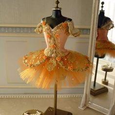 こちらは受注後制作の作品の為、発送までに1ヶ月ほどお時間をいただきます。本物のバレエ衣装チュチュを部屋に飾り毎日眺めていたい、そんな思いから作り始めました。1/6ドールサイズのトルソーに合わせて作ったミニチュアのチュチュです。「ドン・キホーテ」の森の女王を踊るバレリーナをイメージして、ブルーグリーンの生地とチュールに、ゴールド、シルバーのレースとスワロフスキーのストーン等で豪華に飾り付けをしています。肩紐は透明ゴムです。スカート部分も3段仕立てで本格的作りになっています。トルソーの高さ 約25センチスカートの巾 約14センチバービーに着せることもできます。(バービーには少し胸周りがゆるいです。)できるだけ本物のチュチュをミニチュアサイズで再現できるように、実際のチュチュの作り方を参考にパターンおこしから細部までこだわって作りました。トルソーに着せやすくするために背中は全開きになっています。トルソーに着せるため本物のクラシックチュチュ(短いスカートのチュチュ)に付いているツンと呼ばれるパンツ部分が付けられないので、スカート部分はロマンチックチュチュ(長いスカートのチュチュ...
