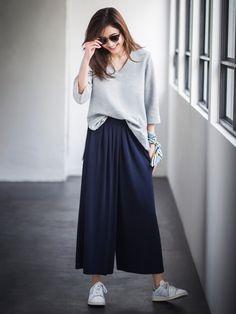 【ユニクロのコーディネート特集】ユニクロのコーデ特集ページ。新作情報も盛りだくさん。モデル達のコーディネートは意外な組み合わせの発見も!毎日の着こなしに是非、お役立てください! Minimal Outfit, Uniqlo, Pants, Outfits, Shopping, Clothes, Women, Style, Board