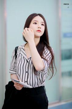 © Focus on South Korean Girls, Korean Girl Groups, Singing In The Rain, Olivia Hye, Airport Style, Airport Fashion, Cute Icons, Kpop Girls, Amazing Women