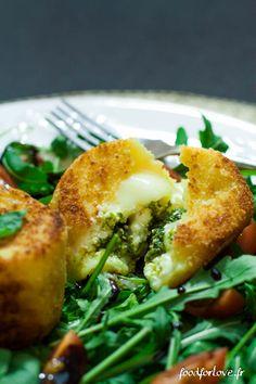 Crottins de Chèvre fourrés au Pesto et Panés, Roquette Tomates Cerise et Crème de balsamique - Food for Love
