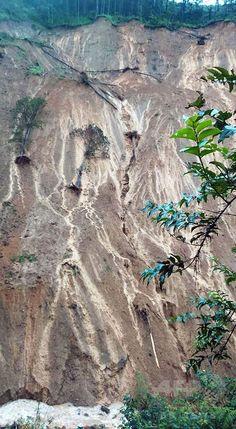 フィリピン北部ベンゲット州マンカヤン Mankayan, Benguet で、台風15号による大雨によって発生した地滑り現場(2015年8月23日撮影、同月24日提供)。(c)AFP/Philippine National Police-Cordillera Administrative Region (PNP-CAR) ▼24Aug2015AFP|台風15号、フィリピンで26人死亡 九州に接近 http://www.afpbb.com/articles/-/3058194 #Typhoon_Goni_2015 #台风天鹅 #Typhoon_Ineng