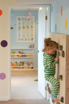 Spielspaß mit der Kletterwand im Kinderzimmer