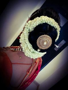 Good one, but Opps! isnt it a little over flowered? Good one, but Opps! isnt it a little over flowered? South Indian Bride Hairstyle, Indian Wedding Hairstyles, Indian Hair, Low Bun Hairstyles, Bride Hairstyles, Traditional Hairstyle, Bridal Hair Buns, Traditional Indian Wedding, Hairdo Wedding