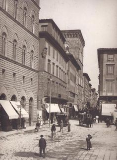 Firenze Piazza della Signoria at the Via Calzaiuoli corner Vintage Italy, Foto Vintage, Firenze Italy, Historical Pictures, Roman Empire, Vintage Photographs, Minions, Street View, History
