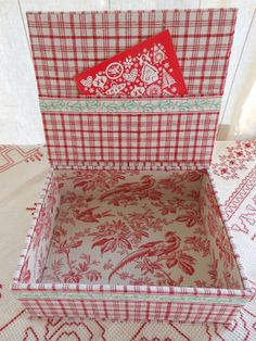 "Cornsant Christmas box (9""x 7.1"" x 3.1"") in vintage French linen"