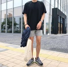Korean Fashion Trends you can Steal – Designer Fashion Tips Summer Outfits Men, Stylish Mens Outfits, Casual Outfits, Short Outfits, Korean Fashion Trends, Kpop Fashion, Streetwear Mode, Streetwear Fashion, Mode Old School