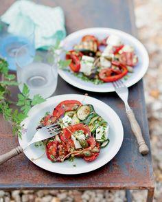 Recette de légumes grillés à l'italienne, marinade au pesto et feta aux câpres - Marie Claire