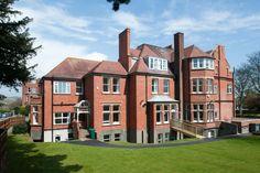 Tabara internationala de business in Anglia - Mara Study Study, Mansions, House Styles, Business, Studio, Manor Houses, Villas, Mansion, Studying