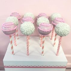 Ba Shower Cake Pops In 2019 with Baby Shower Cakepops - Party Supplies Ideas Baby Shower Hostess Gifts, Baby Shower Sweets, Baby Shower Cake Pops, Baby Shower Flowers, Shower Cakes, Baby Shower Card Message, Baby Shower Cards, Baby Shower Table Centerpieces, Cupcakes For Boys