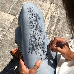 paint art Body Paint & Fashion Art By Randa Haddadin Painted Jeans, Painted Clothes, Fabric Painting, Fabric Art, Diy Clothing, Custom Clothes, Denim Kunst, Barbie Mode, Denim Art