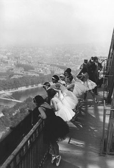 Dancers on the Eiffel Tower, Paris 1929 (Keystone)