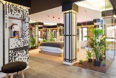 """""""Kazuo Suite"""" de los interioristas: Daniel Perez, Felipe Araujo y Mario Vila en Casa Decor 2015, Madrid. Un dormitorio donde irse a la cama en medio de un jardín oriental."""