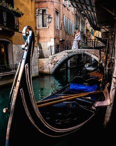"""Natalia Ortiz Fotografia. on Instagram: """"En abril hice un trip por Italia 🇮🇹 y fotografié lindas parejas. Miles de historias guardo en mi memoria.  #voguenovias #weddinginspo…"""" Boat, Wedding, Instagram, Cute, Couples, Historia, Italia, Valentines Day Weddings, Dinghy"""