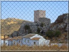 """""""Pourquoi avoir enfermé une ruine médiévale ?""""... Me suis je demandé en découvrant le vieux château fort de Canete la Real en Andalousie. Est ce la base secrète de constructeurs de ruines ?... Je rassemble tout mon courage et je vais tenter de comprendre ce site... En avant !"""