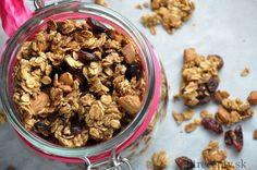 Urobte si zdravé domáce zapekané musli, ktoré bude chrumkavé a chuťovo ešte lepšie ako to z obchodu. Navyše neobsahuje žiaden pridaný tuk ani cukor! Ingrediencie (na 4 porcie): 2 hrnčeky ovsených vločiek 1 hrnček orieškov (mandle, pekanové, kešu, lieskové..) 50g brusníc (alebo hrozienok) 4 PL jablkového pyré 1 lyžička škorice iné sušené ovocie alebo kúsky […]Podeľte sa o tento super recept so známymi Granola, Muesli, Lunch Snacks, Cereal, Healthy Lifestyle, Good Food, Goodies, Food And Drink, Vegan
