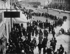 """Черга за сорокаградусною горілкою біля магазину """"Укрдержспирту"""", 1925 рік"""