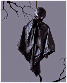 ¿NO QUIERES GASTAR DINERO en tu decoración de halloween? Pues más barato imposible porque reutilizando bolsas de basura y una percha p...