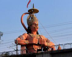 Statua di Hanuman, New Delhi Nell'induismo, Hanuman noto come Anjaneya, è una delle figure più importanti del poema epico indiano Ramayana; è un vanara (spirito dall'aspetto di scimmia) che aiutò il Signore Rama (avatar di Visnu) a liberare la sua consorte, Sita, dal re rakshasa Ravana. l'undicesimo avatar Rudra del Signore Shiva (Rudra è una forma di Shiva nei Rig Veda); conosciuto come Figlio (spirituale) del deva Vayu, la divinità indù del vento.