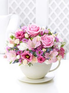 Flowers in teacup - this arrangement is so beautiful ♥♥