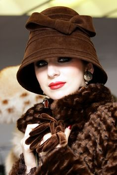 would look great on Lady Mary on Downton Abbey. Church Hats, Moda Vintage, Glamour, Love Hat, Russian Fashion, Brown Fashion, Fashion Hats, Models, Madame