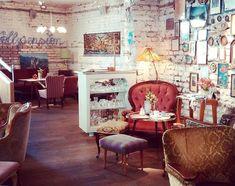 1000things.at präsentiert euch die gemütlichsten Cafés in Wien, die zum Seele baumeln und Entspannen einladen. Cafe Interior Vintage, Vintage Cafe, Cafe Restaurant, Restaurant Design, Cafe Bar, Flower Cafe, Cozy Coffee Shop, Coffee Shop Interior Design, Restaurant Bar