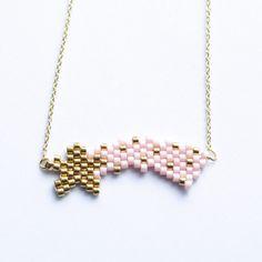 Miyuki ♥ Brick stitch Quand @alittlemercerie te propose une collaboration pour faire découvrir le tissage de perles... Et bien ça ne se refuse pas ! C'est le moment de découvrir ou redécouvrir le tissage de perles ! J'espère que cette étoile filante vous plaît, elle fera un joli cadeau pour la fête des mères vous ne trouvez pas ? • Matériel chez @alittlemercerie #JeCreeAvecAlittleMercerie Totalement fan de ce Rose saumon