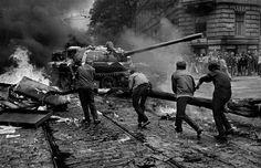 Bare hands against tanks: Soviet invasion 1968 by Josef Koudelka #prague #invasion68 #czechosloivakia #czechia #photo