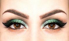 Trucco verde da gatta: come farlo - https://www.beautydea.it/trucco-verde-da-gatta/ - Tutorial passo dopo passo per creare un trucco da gatta verde per occhi ammalianti e definiti, perfetto per occhi scuri.