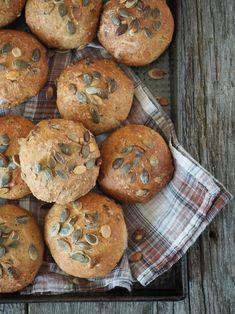 Eltefrie rundstykker er den enkleste og raskeste måten å lage nydelige hjemmelagde rundstykker på. Deigen røres sammen kvelden før, heves over natten og stekes som rundstykker neste morgen. 5 minutter tar det deg om kvelden for å røre sammen en deig. Neste morgen tar det 5 minutter til før rundstykkene er i ovnen, og 30-40 [...]Read More... No Bake Desserts, Food Design, Bacon, Muffin, Cookies, Mat, Breakfast, Sunflowers, Crack Crackers