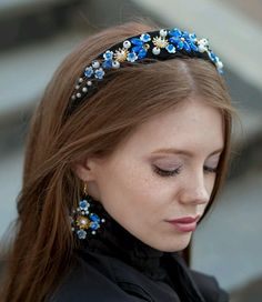 Why not say hello to the crowns? Crowns are one of the accessories that are not used very often, but in fact, when we. Pigtail Hairstyles, Bobby Pin Hairstyles, Hair Accessories For Women, Fashion Accessories, Head Accessories, Jeweled Headband, Head Band, Accesorios Casual, Head Scarf Styles