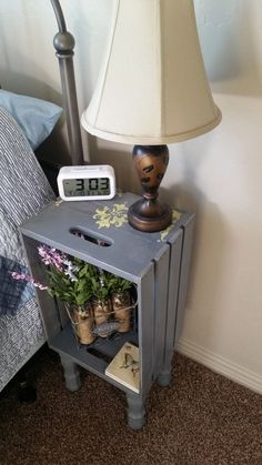 Ideas para Mesitas de noche recicladas - Gray Wooden Crate Nightstand With legs Hand Wooden Crates Nightstand, Wood Crates, Diy Nightstand, Bedside Table Ideas Diy, Wood Crate Shelves, Bedside Desk, Crate Bookshelf, Spray Paint Wooden Crates, Dyi End Tables