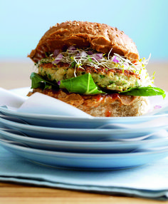 Chicken Burger, healthy and pure deliciousness from Asia! Dutch Recipes, Cooking Recipes, Chicken Burgers Healthy, Healthy Options, Healthy Recipes, Lunch To Go, 30 Minute Meals, Lunches And Dinners, Breakfast Recipes