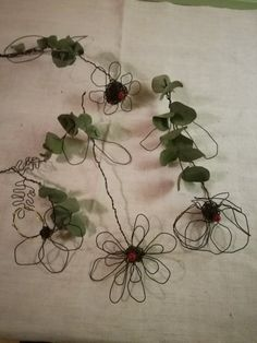 Fiori in fil di ferro creati da sissygiov su Instagram. In vendita da Atelierdelrecupero Etsy