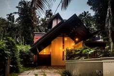 Architects Vivek and Nishan of Kerala-based architecture firm De Earth has designed a house for a family of doctors that would serve as a welcome green spot Kerala Architecture, Brick Architecture, Vernacular Architecture, Roof Design, Exterior Design, Courtyard House Plans, Courtyard Design, Home Exterior Makeover, Kerala House Design