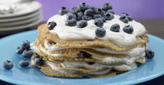 Pfannkuchentorte mit Blaubeerquark: Die süße, leichte Hauptmahlzeit macht lange satt und liegt dabei nicht schwer im Magen.