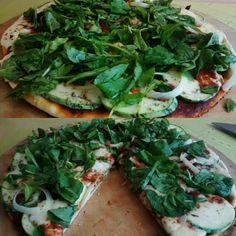Pizza de rucula y cebolla